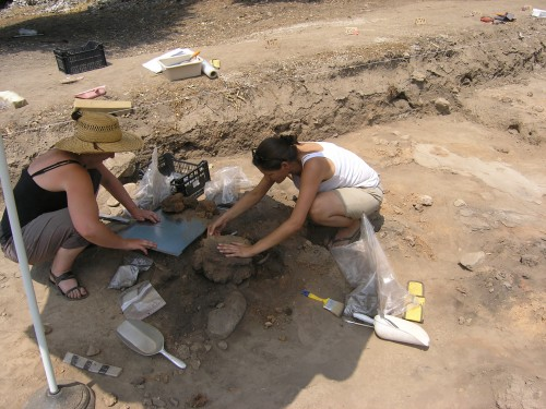 Dikili Tash, prélèvement d'un fragment de mur (© M. Bernard, conservatrice/restauratrice, B. Pérello et T. Valamoti)