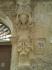 Détail de sculpture d'une porte cochère