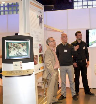Jean-Pierre Girard et Patrick Schmoll (UMR 7236-Cultures et Sociétés en Europe, MISHA Strasbourg) sur le stand des Éonautes