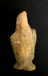 Fig. 9 Figurine-pion avec des bras en ailes de papillon et un nez pincé, Tell Aswad.