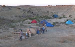 Figure 2 : le camp de Kogusem installé à proximité du puits, bien pratique pour le lavage des sédiments issus des sondages.