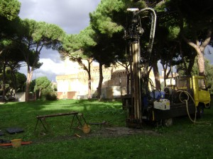 Figure 2. – Réalisation d'un carottage dans le Fiume Morto (Castello di Giulio II en arrière-plan).