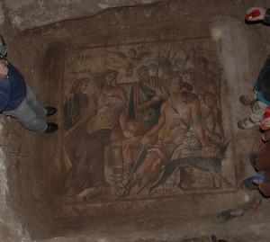 Pillage en cours d'une moqaïque d'Apamée de l'Oronte. ce genre de photo est diffusée sur internet par les trafiquants afin de prouver l'authenticité des antiquités mises en vente.