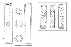 Fig. 8. Flute. L'objet d'origine a été cassé au niveau d'un trou (flèche). La surface de fracture a été abrasée et utilisée (niveau 4). Échelle : 3 cm.