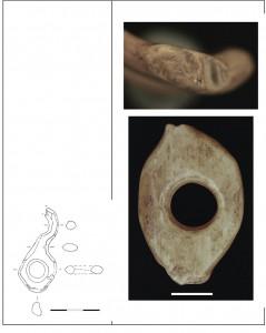 Fig. 7. Belt-buckles provenant du niveau 2 (à gauche) et du niveau 3 (à droite). Le spécimen à droite a été cassé et réutilisé. Échelle : 3 cm à gauche et 1 cm à droite.