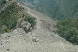 Fig. 6 : Chemin sur le rocher vers Çonu. ©Mission du Lenkoran