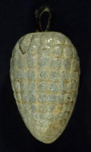 Pendeloque en forme de grappe de raisin en faïence monochrome bleu-gris importée d'Égypte, H. 5,07 cm, Minet el-Beida (cliché V. Matoïan) La coloration est obtenue grâce à l'ajout de cobalt.