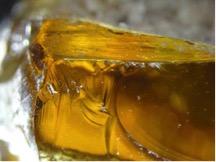 Matoian_Macrophotographie d'un verre couleur ambre, Ras Shamra (cliché C2RMF, I. Biron).
