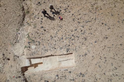 Fig. 1 : Le site paléolithique moyen de Al-Kharj AK-31 en cours de fouille en février 2015, dans le centre de l'Arabie Saoudite. (Fouilles R. Crassard et Y. Hilbert (UMR 5133), dans le cadre de la Mission archéologique de Yamama (dir. J. Schiettecatte, UMR 8167) ; photo cerf-volant par T. Sagory, www.du-ciel.com)