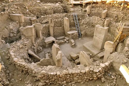 Fig. 1. Architecture monumentale dans le village néolithique de Göbekli Tepe  (Anatolie, vers 9000 av. J.-C.). Source : http://aetherforce.com/the-gobekli-tepe-mystery/