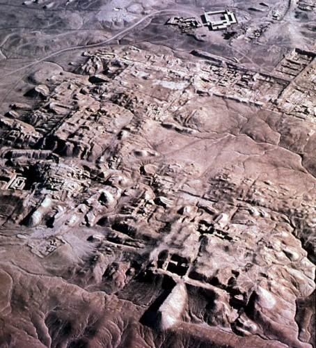 Fig. 1. Photographie aérienne de la ville sumérienne d'Uruk (d'après le site web Friends of ASOR)