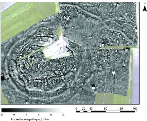 Fig. 4 : Carte des anomalies magnétiques sur le site de Rizomilos 2. On observe une organisation circulaire marquée par des anomalies linéaires concentriques ainsi que des traces de paléochenaux et de fossés plus au Nord. A l'Est se développe un petit ensemble secondaire.