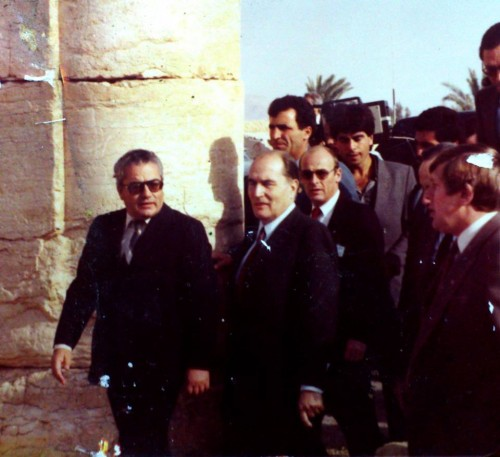 Khaled Asaad lors de la visite de François Miterrand à Palmyre en 1984 (archive de la famille Asaad)