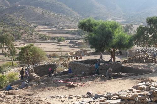 Fig. 2 : « Wakarida secteur 1 » : Fouilles du secteur 1. Au fond les terrasses de la vallée May Ayni. © I. Gajda