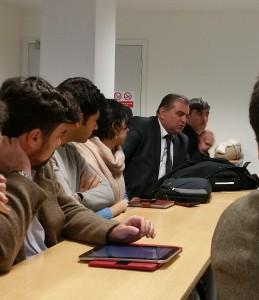Fig. 3 : Photo de la table ronde : Au fond M. Nader Abubakr, Directeur des Antiquités et des Musées de la région d'Erbil, derrière lui M. O. Mahmoud, Professeur à l'Université de Soran (© O. Rouault)