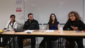 Fig. 4 : Photo de la table ronde : de gauche à droite Mme N. Amen (professeure à l'Université Salaheddin d'Erbil), M. R. Jalal (conservateur du Musée d'Erbil), Mlle I. Calini (doctorante E.P.H.E.) et Mme M.-G. Masetti-Rouault (professeure à l'E.P.H.E. et directrice de recherche au CNRS) (© O. Rouault)