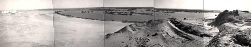 Fig. 1 : Vue panoramique de Mirgissa en 1966 avec la deuxième cataracte en cours d'envahissement par les eaux du Nil : à gauche, la maison de fouille de la Mission archéologique