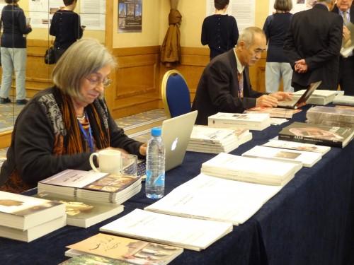 Fig. 3 : Le stand de présentation des publications, bureau temporaire de Kiyohide Saito (Photo M.O. Rousset))