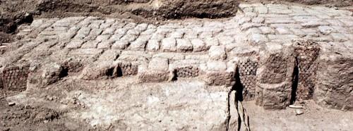 Fig. 10 : Uruk (Warka, Iraq), Pfeilerhalle, mur de Patzen et décor de mosaïque de cônes in situ, Uruk récent (cliché Oriental Institute de Chicago).
