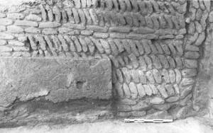 Fig. 15 : Larsa (Sinkara, Iraq), bâtiment B33, appareil en arête de poisson montrant un « coup de sabre », période Protodynastique (d'après Huot, 1989, 161).