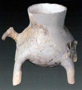 Fig. 6 : urne cinéraire zoomorphe de Plateia Magoula Zarkou, Néolithique récent (G. Papathanassopoulos (éd.) 1996, Neolithic Culture in Greece, 325, fig. 258).