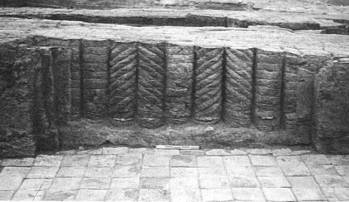 Fig. 12 : Larsa, décor à colonnes torsadées de la cour de l'E.babbar (d'après Huot 2004 : 81).