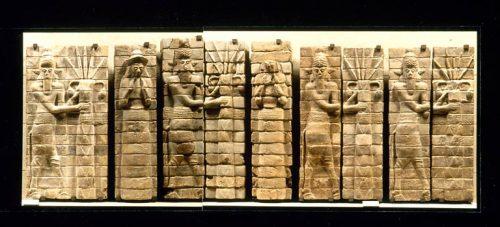 Fig. 13 : Panneau de briques en relief pour le temple d'Inšušinak à Suse, XVe-XIVe s. av. J.-C. (d'après musée du Louvre, base Atlas).
