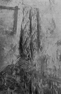 Fig. 7 : Chaînage de lits de roseaux et ancrage de cordes de roseaux tressés dans le cœur de briques crues de la ziggurat d'Uruk (d'après Jordan, 1930, fig. 9, p. 22).
