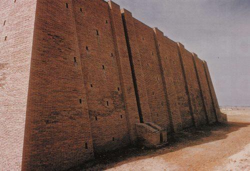 Fig. 8 : Parement de briques cuites et drain-gouttière de la ziggurat d'Ur après restauration (d'après Quenet 2016 : 183).