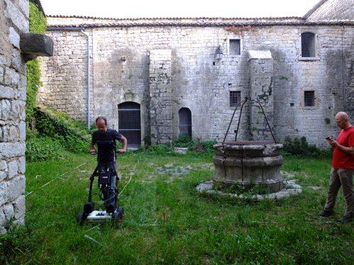 Fig. 3 : Premières expérimentations géophysiques au radar dans la cour du puits, avec C. Benech et L. Darras (photo : O. Barge)