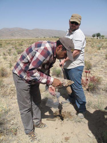 Fig. 5 : Prélèvement d'échantillons dans les jardins de Pasargades pour analyses palynologiques. © Mission irano-française « Shiraz »